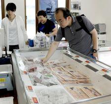 宮城県石巻市にオープンした直売所で、クジラ肉を買い求める客=20日午前