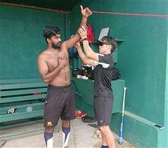 スリランカ代表選手の体をケアする渡部さん=9月、スリランカ(浅野さん提供)