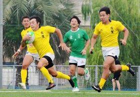 8月の九州ブロック国体・長崎戦で攻め込む成年男子の佐賀チーム=佐賀市のSAGAサンライズパーク競技場