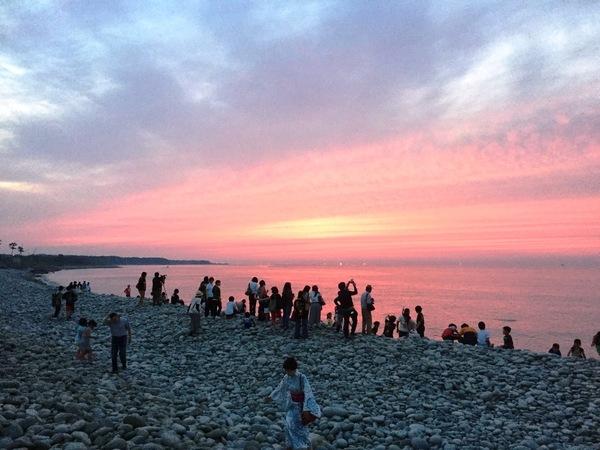 日本海に沈む美しい夕日も人々をひきつける