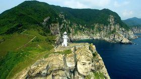 公開された動画の一場面。五島市の大瀬埼灯台の断崖に福山さんの顔が挿入されている