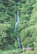 山形県戸沢村にある、落差120メートルの白糸の滝。松尾芭蕉の「おくのほそ道」にも登場する(県提供)