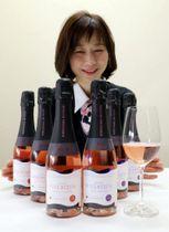 スパークリングワインのシリーズ「VILLAQUA」を紹介するワイナリーの従業員
