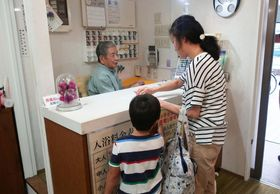 銭湯の無料サービスを利用する親子=鎌倉市台3丁目