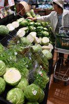 高値が続く野菜を手に取る買い物客=18日午前、宮崎市島之内・HEARTYながやま住吉店