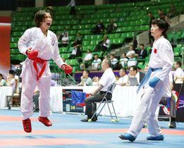 女子組手50キロ級準決勝で中国選手(右)を破って決勝進出を決め、喜ぶ宮原美穂=タシケント(共同)