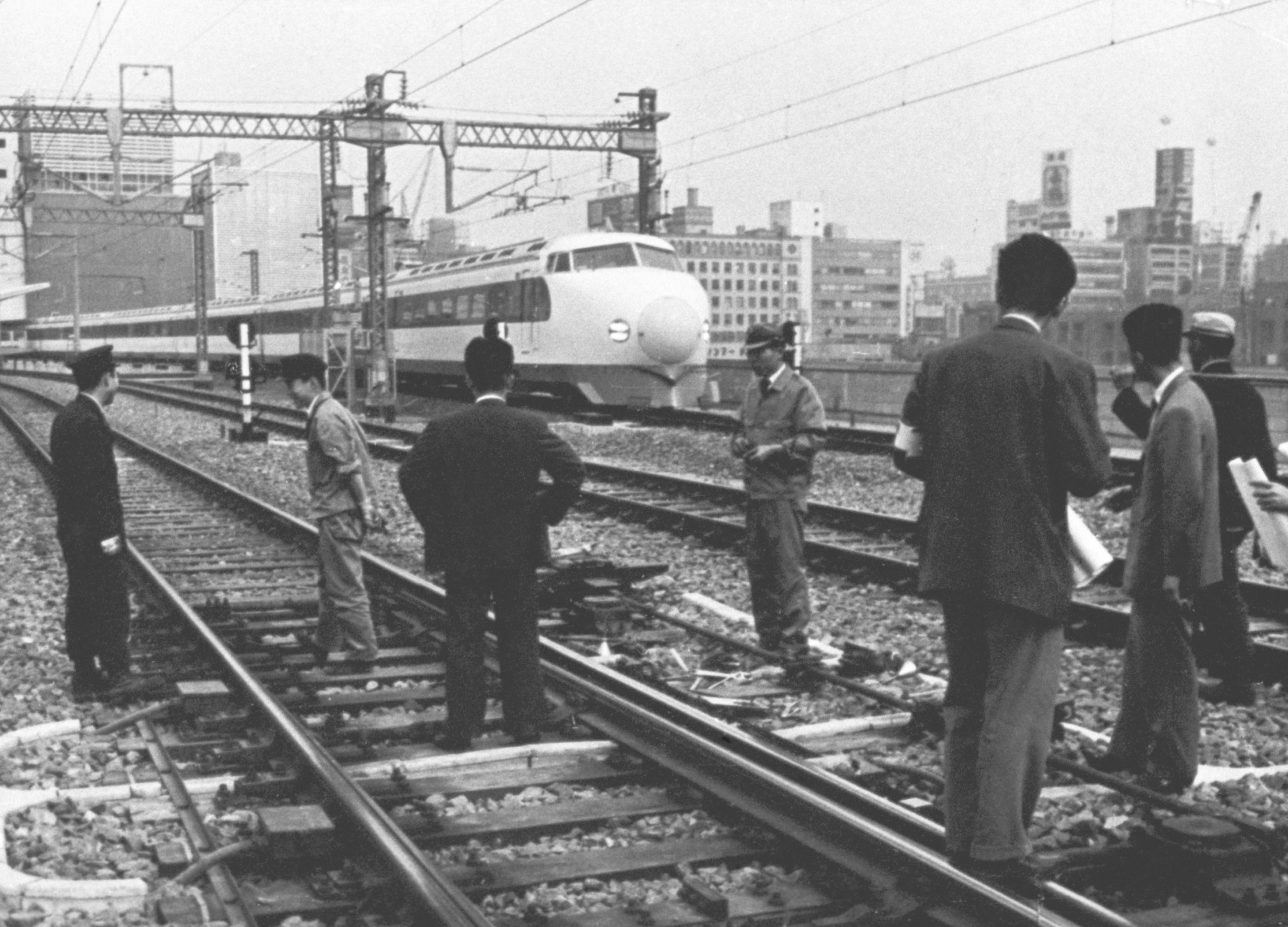 1964年10月12日、東京駅構内で事故のあった現場を調べる係員