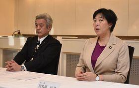 常任幹事会後、取材に応じる国民民主党県連の田名部代表(右)と奈良祥孝幹事長=16日、青森市