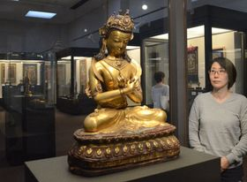 チベット密教の仏像などが展示された会場(京都市右京区・佛教大宗教文化ミュージアム)