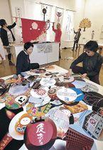 「金沢ブランド」を紹介する作品を展示するデザイナー=金沢21世紀美術館