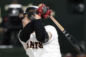 5回巨人無死、岡本が中越えに同点本塁打を放つ=東京ドーム
