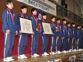 2年連続の全国高校駅伝準優勝を報告する長野東の選手たち