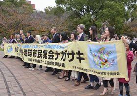 長崎市内を行進する「核兵器廃絶―地球市民集会ナガサキ」の参加者ら=18日午後