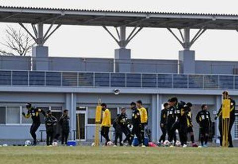 2月下旬から非公開練習を続けてきた栃木SC。リーグ戦再開の見通しが立たない中、チームは当面の活動自粛を決めた=3月7日、さくら市のさくらスタジアム