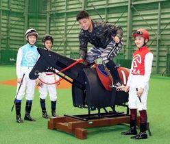 JRA競馬学校の生徒と交流し、練習用の木馬にまたがる日本ハム・清宮=18日、千葉県鎌ケ谷市