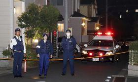 男性が刺された現場付近を規制する千葉県警の警察官=20日午後11時8分、千葉県流山市