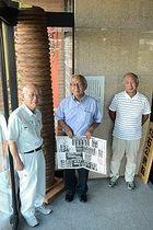 奉納煙火を準備している(左から)矢沢さん、前田さん、征矢さん。大正期までの打ち上げ筒(左後方)が現存している=切石会館