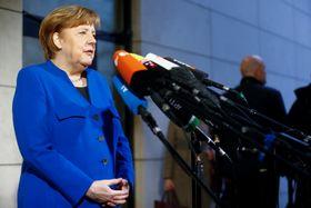 11日、社会民主党との折衝のため、同党本部に到着したドイツのメルケル首相=ベルリン(ロイター=共同)