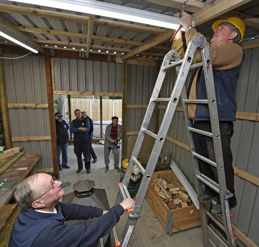 馬小屋を改修した〝隠れ家〟の増築作業をする会員たち=1月、ダブリン近郊バルブリガン(共同)