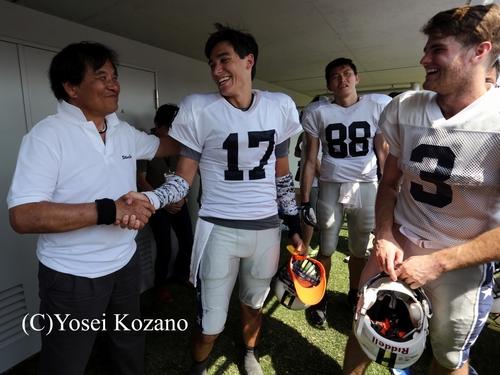 試合後、笑顔でQBミルズをたたえるシルバースターの阿部監督。右はWRウィルソン=撮影:Yosei Kozano