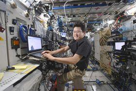国際宇宙ステーションで働く金井宣茂さん=1月(JAXA/NASA提供)