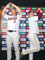 ファン投票でオールスター(AllStar)に選出され、AとSのポーズをする浅村(左)と松井