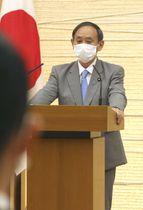 国家安全保障局の経済班発足式で訓示する菅官房長官=6日午前、首相官邸