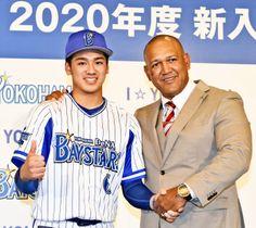 入団会見で笑顔を見せるドラフト1位の森(左)とラミレス監督=横浜市内のホテル