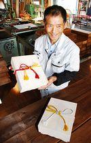 新嘗祭の穀物献上用のきり箱を作った奥原さん。手元の2個は今年作製した予備の箱=22日、松本市島内