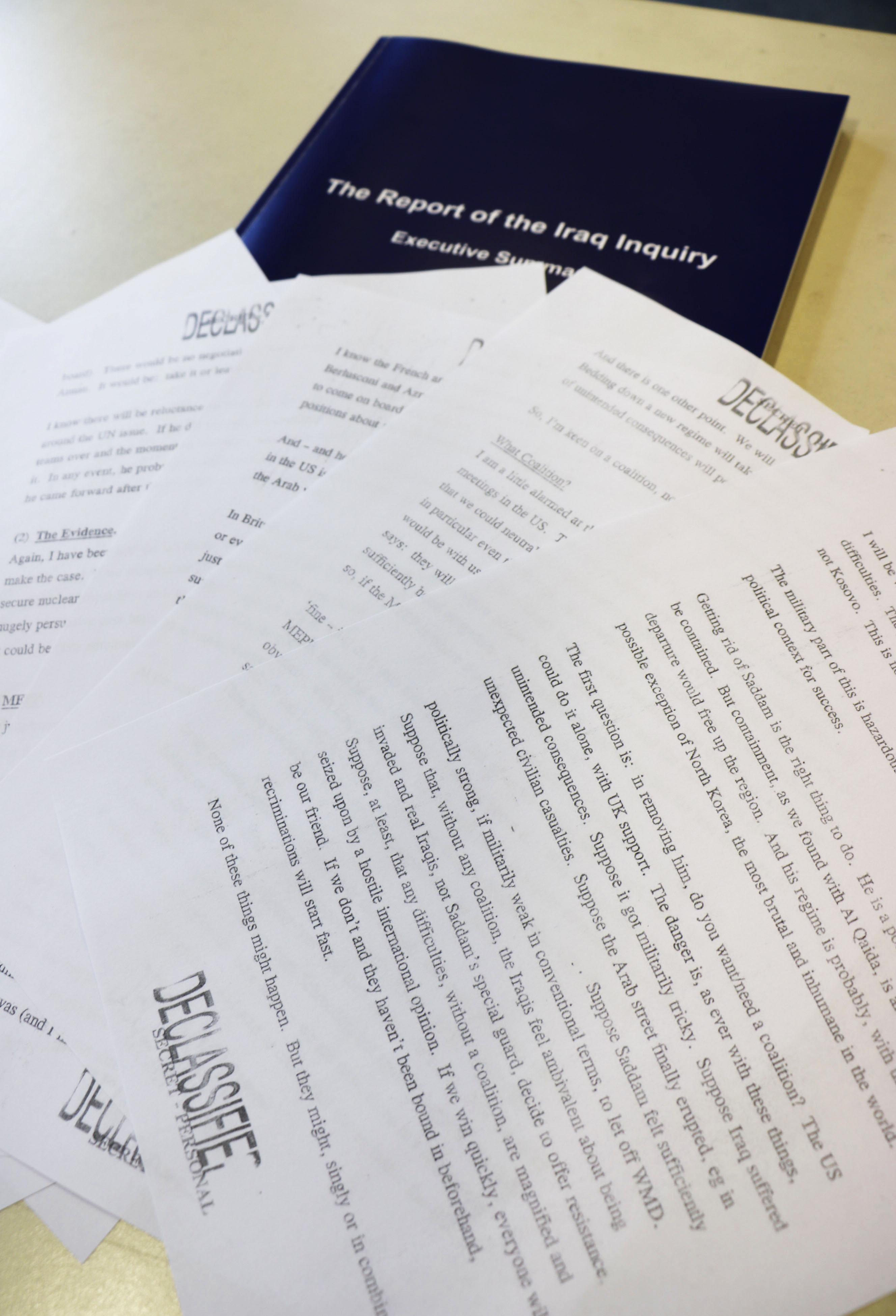イラク戦争に関する英国の独立調査委員会の検証報告書(奥)と秘密指定を解除された文書(共同)