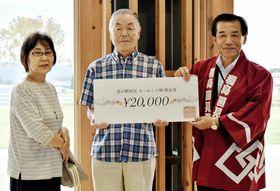 太田町長(右)から400万人目の表彰を受ける根本さん夫婦