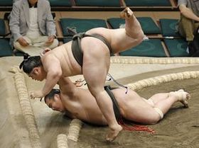千代嵐(下)を上手投げで破り、幕下全勝優勝の貴ノ富士=両国国技館