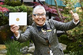 21日、造園コンクール「チェルシーフラワーショー」で金メダルを獲得し喜ぶ石原和幸さん=ロンドン(共同)