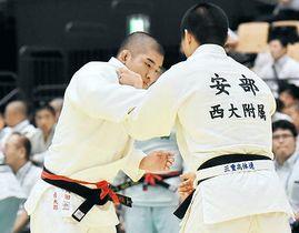 【柔道男子個人90キロ級3回戦】組み手争いをする開星の岡田優太郎(左)=サオリーナ
