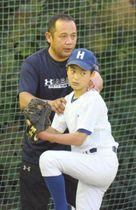 投球を指導する元巨人の浅野智治さん(奥)。OBスカウトとして有望選手の発掘を目指す=総社市