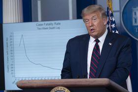 ホワイトハウスで記者会見するトランプ米大統領=4日、ワシントン(UPI=共同)