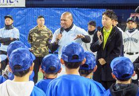 チャリティーイベントであいさつするDeNAのラミレス監督(中央)=17日、横浜スタジアム