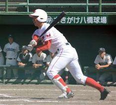 【秋田南―由利】7回裏2死満塁、由利の佐藤哲が左前に同点打を放つ=さきがけ八橋球場