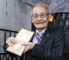 ノーベル財団で預けていたメダルと賞状を受け取った吉野彰・旭化成名誉フェロー=12日、ストックホルム(共同)