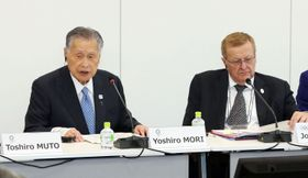 2020年東京五輪の第8回事務折衝であいさつする大会組織委員会の森喜朗会長。右はIOC調整委員会のコーツ委員長=23日午前、東京都港区(代表撮影)