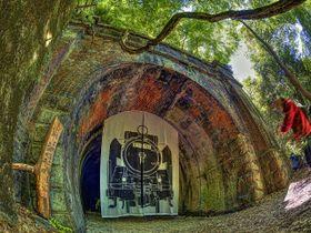 国の登録有形文化財に指定された3号トンネル。一般公開時には実物大の蒸気機関車のイラストが染め抜かれた大幕がつり下げられる。この大幕も会員の家族の手づくりだ。