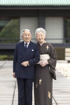 天皇陛下に寄り添う、84歳の誕生日を迎えられた皇后さま=宮殿・中庭(宮内庁提供)