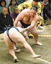 栃ノ心(奥)がはたき込みで鶴竜を破る