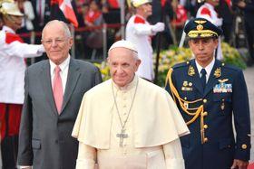 リマの大統領宮殿でクチンスキ大統領(左)らと歓迎式典に出席するローマ法王フランシスコ(中央)=19日(共同)