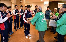 佐野副会長(中央右)からスポーツ飲料を受け取る杉本選手(撮影・高橋洋史)