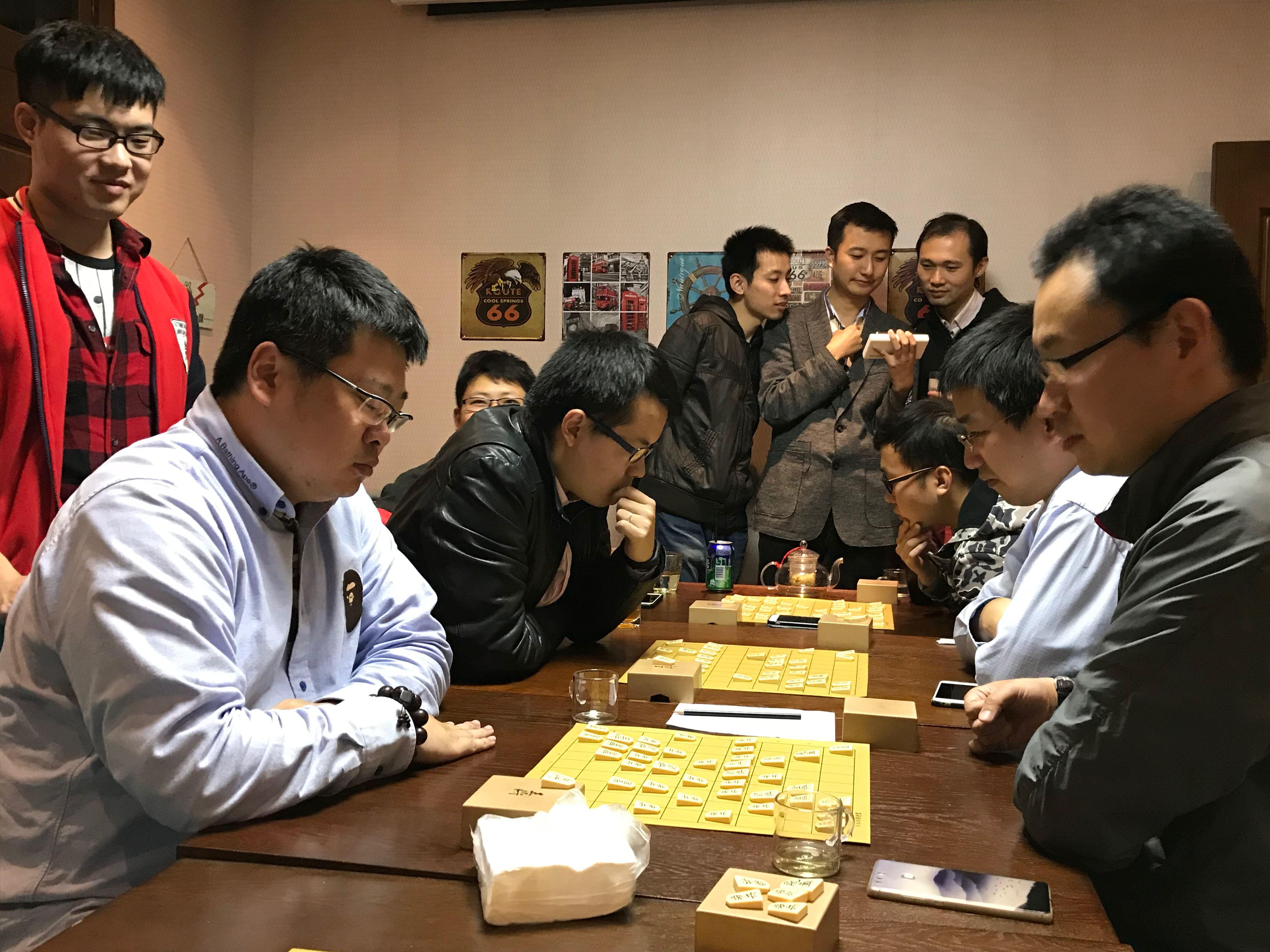 上海の20代、30代の若者が集まって将棋を指す