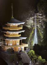 大みそかのライトアップに備えて試験点灯が行われた「那智の滝」と青岸渡寺「三重塔」=19日夜、和歌山県那智勝浦町