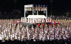 熊本県山鹿市で行われた「山鹿灯籠まつり」のハイライト「千人灯籠踊り」=16日夜