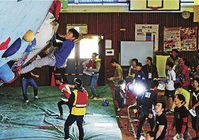 突起をつかみ、壁を登る選手(10日、和歌山県みなべ町清川で)