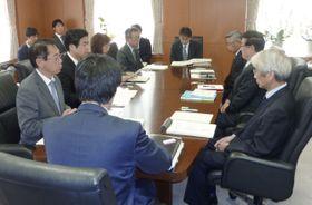 文科省での会合で、核燃料物質が漏れた問題について報告する日本原子力研究開発機構の幹部(右側)ら=8日午前、東京都千代田区